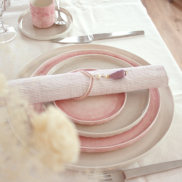 淡いピンクと白い食器でテーブルコーディネート