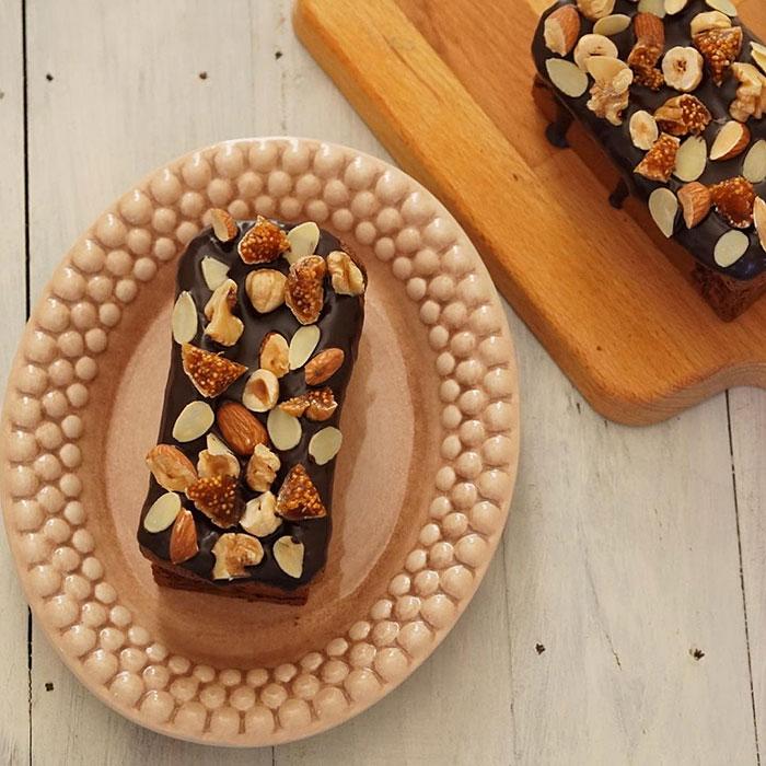 チョコレートケーキがのった楕円皿