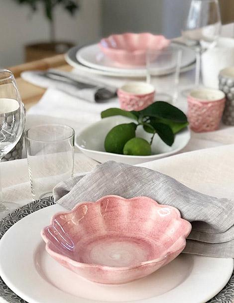 ピンク色の食器