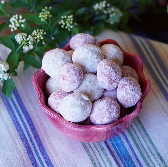 可愛い形のピンク色の食器