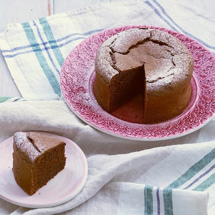 ピンク色のレース柄のケーキ皿