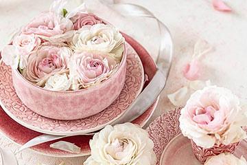 ピンクのボウルに春色のお花を浮かべセンターピースに。