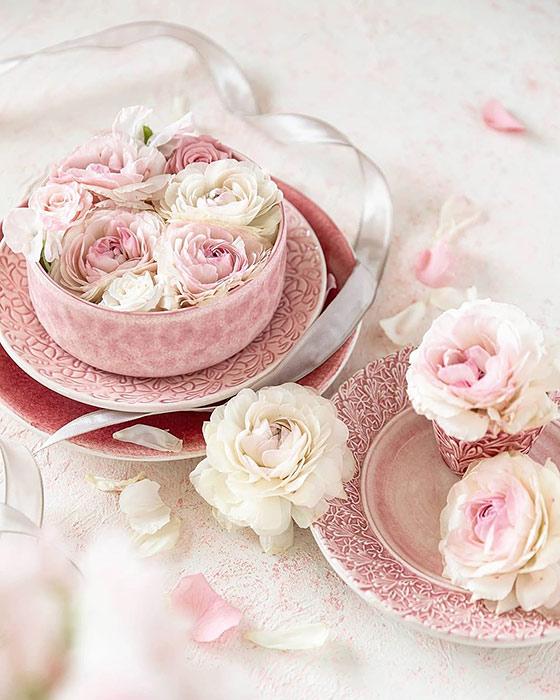 ピンクとライトピンク色の食器