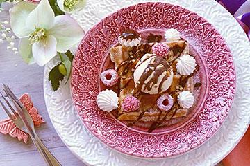 北欧食器マテュースのピンク色とホワイト色のレースプレート