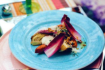 ターコイズ色の食器はラウンドプレート直径25cm