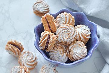 おしゃれなティータイムに絞り出しクッキー「シュプリッツ」と紫色のボウル