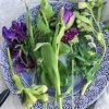 春のお花と北欧食器ブランドのパープルのお皿