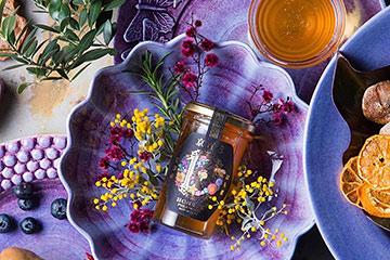 パープルの食器と京都産はちみつのテーブルスタイリング写真