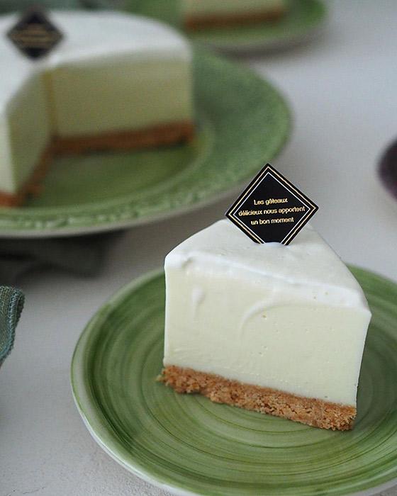 レアチーズケーキと小さなお皿
