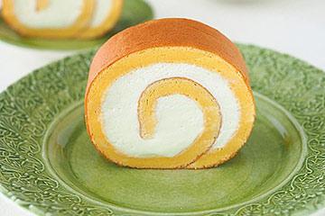シンプルなロールケーキをグリーン色のケーキ皿に。