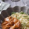 簡単レシピの時短料理をパスタ皿におしゃれに盛り付け