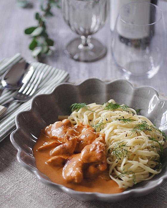 簡単レシピのおしゃれ料理をパスタ皿に盛り付け