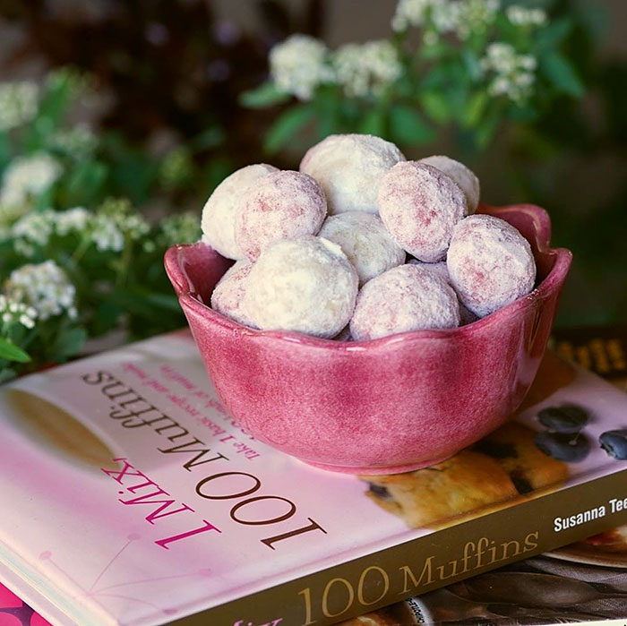 スノーボールクッキーを入れたピンク色のミニボウル