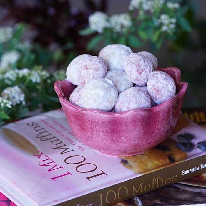 スノーボールクッキーを入れたピンク色のボウル