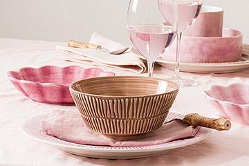 絶妙な色合いの食器でテーブルコーディネート
