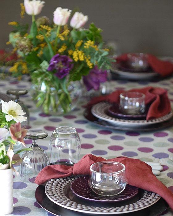 シックな食器でテーブルコーディネート