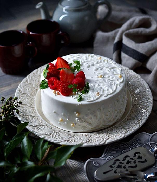 レース柄の白いケーキとお皿