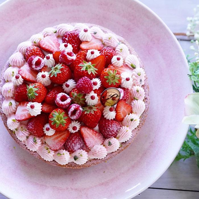 ホールケーキを盛り付けたケーキスタンド