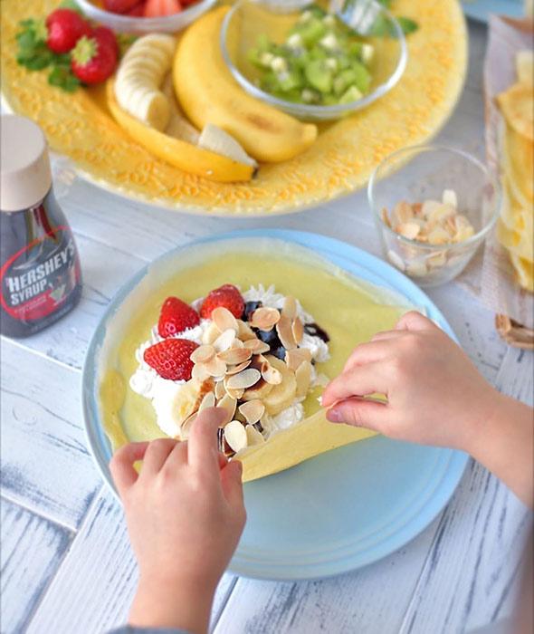 黄色い食器とクレープ