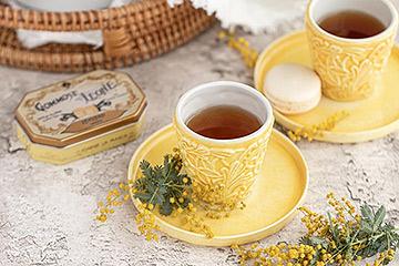 黄色い食器とミモザを使ったテーブル